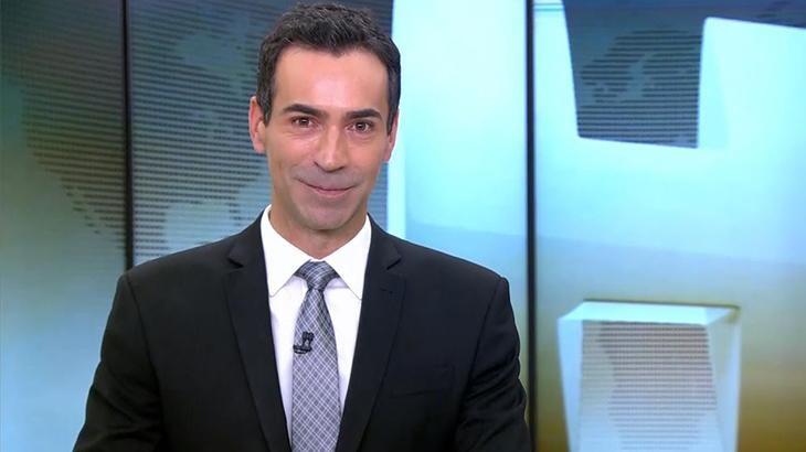 César Tralli na bancada do Jornal Hoje