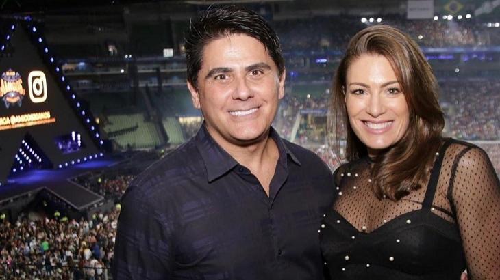 César Filho abraçado com Elaine Mickely