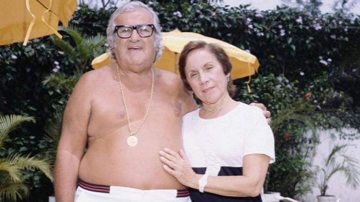 Chacrinha sem camisa e Florinda abraçados