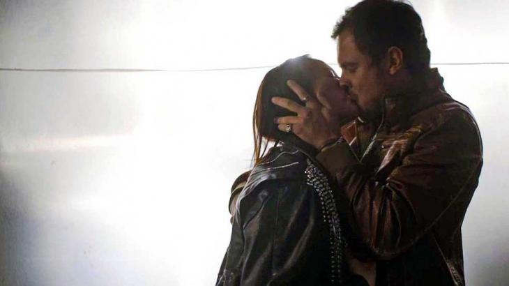 Chiclete e Vivi se beijando em