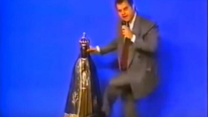 Bispo chutando a santa em 1995