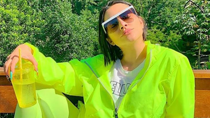 """Cleo Pires posta foto em escada de bíquini: """"O choro é livre"""""""