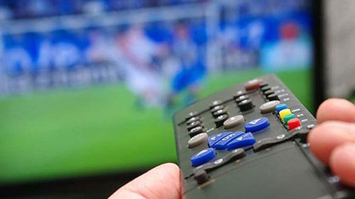 Um controle remoto ligando a TV