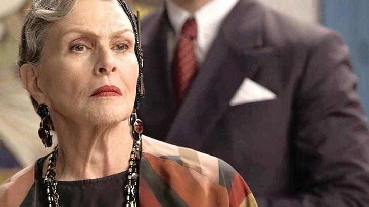 Margot (Irene Ravache) chega no quarto ao ouvir Cris gritando