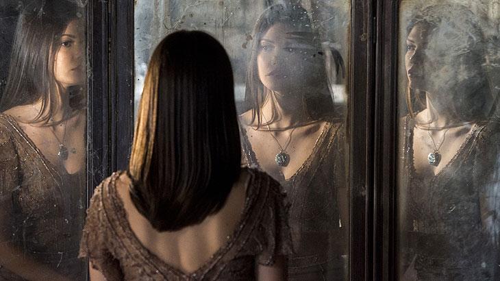 Cris (Vitória Strada), que está no casarão em ruínas, veste roupa que foi de Julia Castelo.