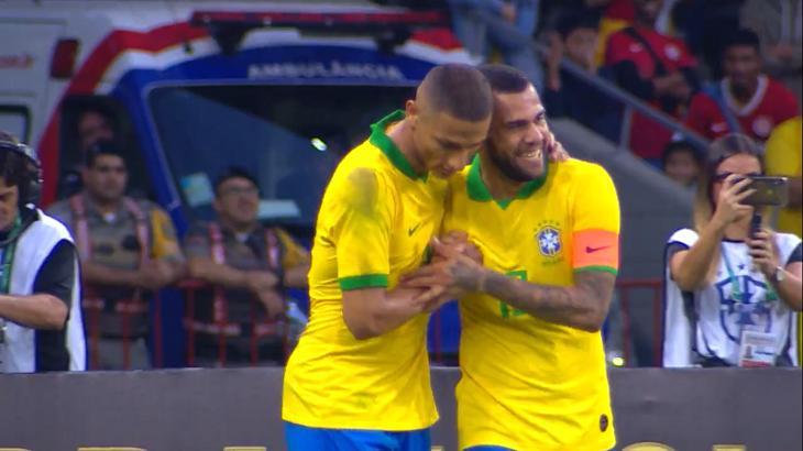 Daniel Alves e Richarlison comemoram gol em amistoso contra Honduras