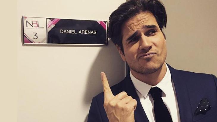 Daniel Arenas posa para foto ao lado do seu camarim