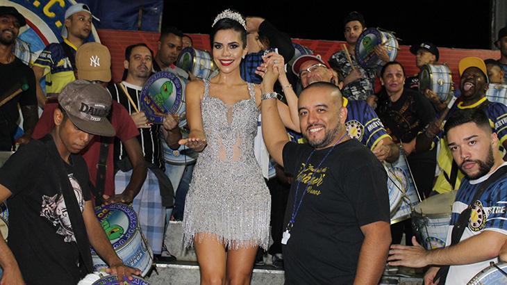 Apresentadora da RedeTV! esbanja simpatia em ensaio de escola de samba