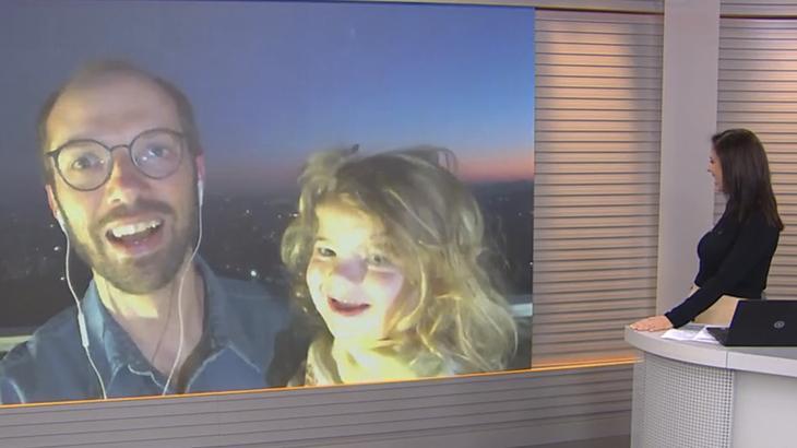 Jornalista Daniel Scola é surpreendido pela filha, Joana, no Bom Dia Rio Grande