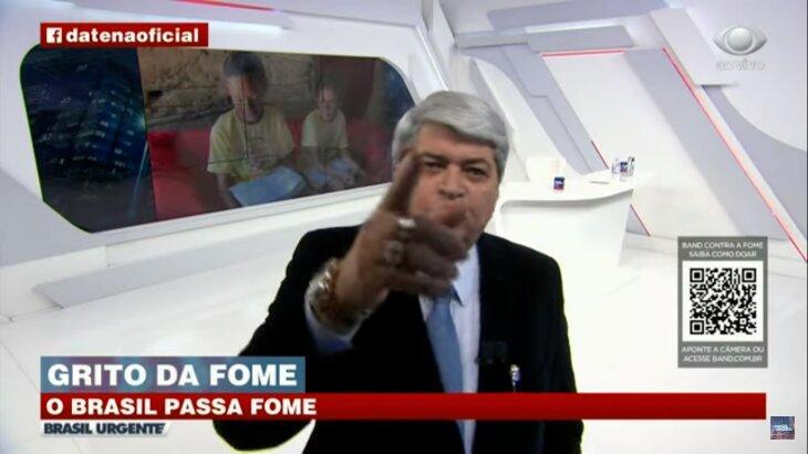 Datena com o dedo levantado durante o Brasil Urgente