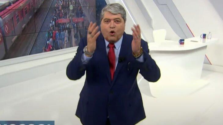 Datena irritado com as mãos levantadas durante o Brasil Urgente