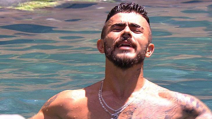 David comemora e pula na piscina