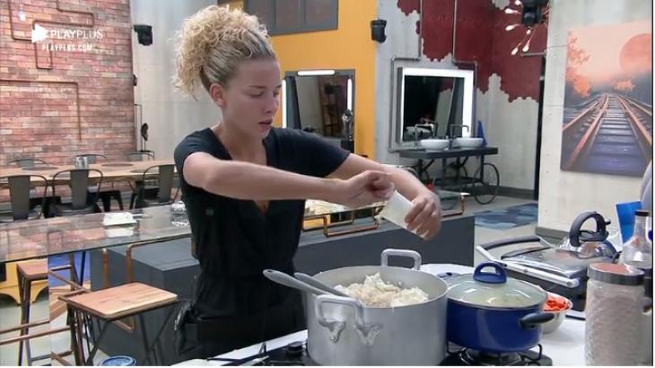 Debby Lagranha desabafou enquanto cozinhava - Foto: Reprodução