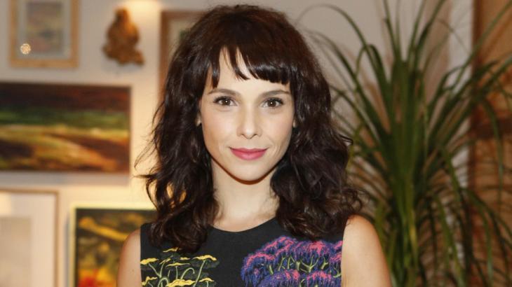 Débora Falabella renova contrato com a Globo por três anos