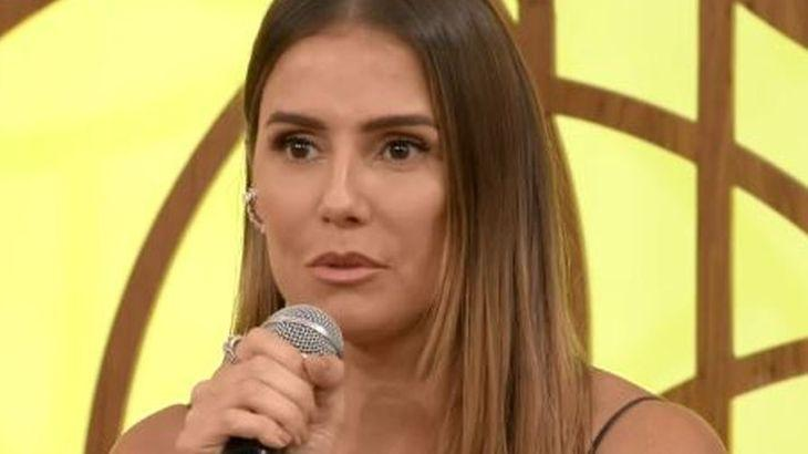 Deborah Secco com microfone na mão