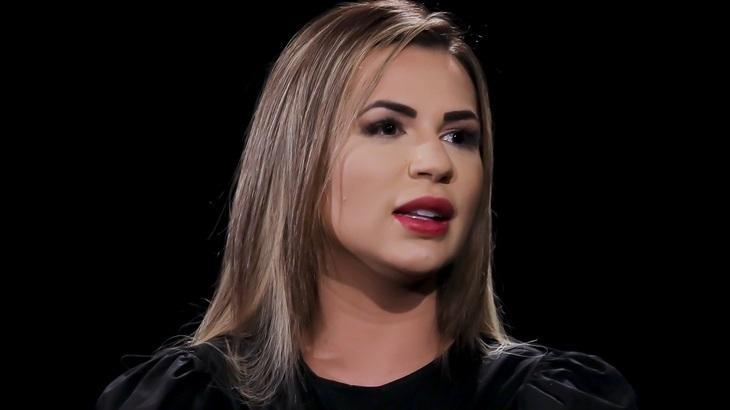 Deolane Bezerra em entrevista ao Vem Pra Cá, no SBT
