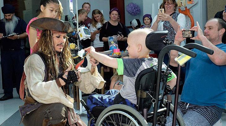 Johnny Depp escapa das filmagens para visitar crianças em hospital vestido de Jack Sparrow