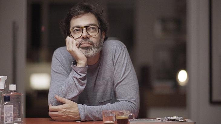 Bruno Mazzeo é protagonista de Diário de Um Confinado - Foto: Reprodução/Globo