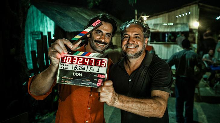 Flávio Tolezani e Breno Silveira com claquete nas mãos