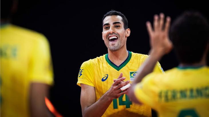 Douglas Souza jogando vôlei