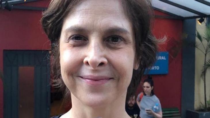 Drica Moraes com expressão de satisfação
