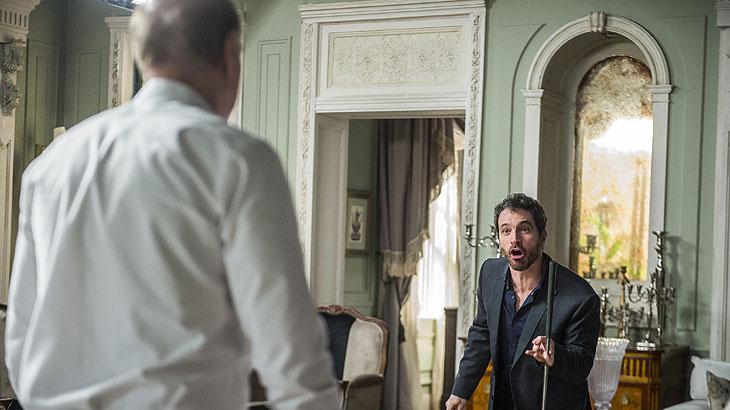 Edgar (Caco Ciocler) ali quebrando tudo. Zefa (Claudia di Moura) apavorada.