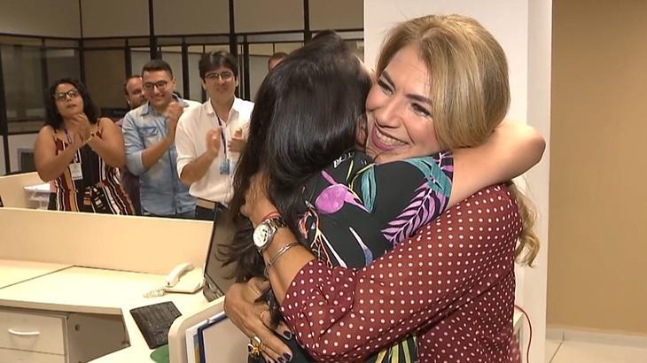 Jornalista foi aplaudida em pé por toda a redação da afiliada da Globo na capital paraibana. Fotos: Reprodução/TV Cabo Branco