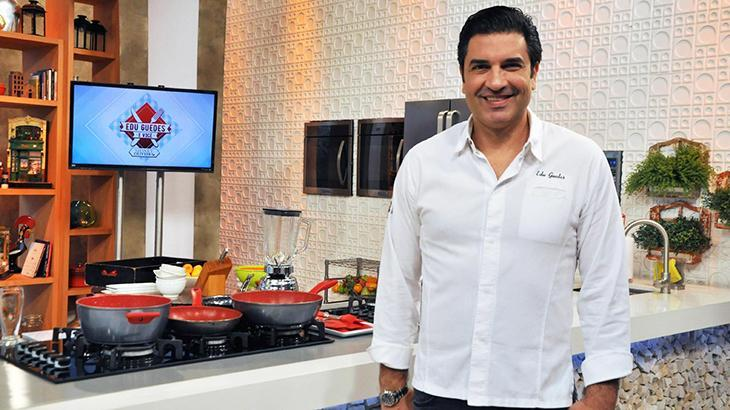 """Edu Guedes se emociona em volta à TV e fala sobre sequelas de acidente: \""""Não sei ainda\"""""""