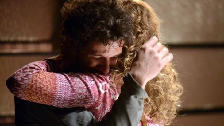 Elivando abraçando Cristina em Império