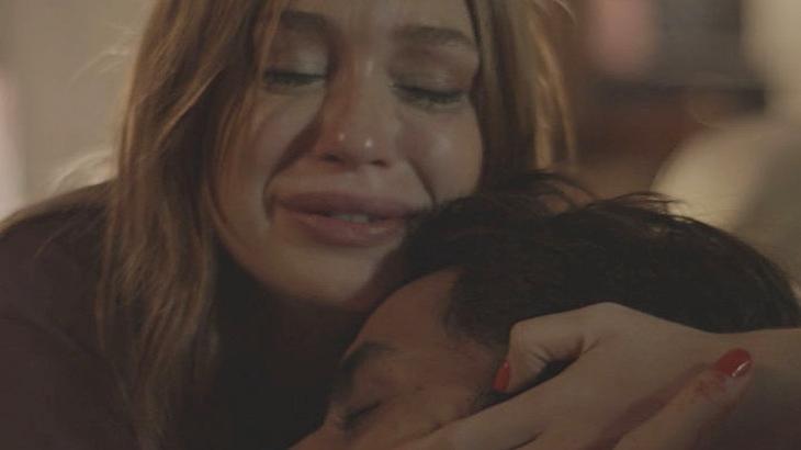 Eliza se desespera com ferimento de Jonatas em Totalmente Demais - Reprodução/TV Globo