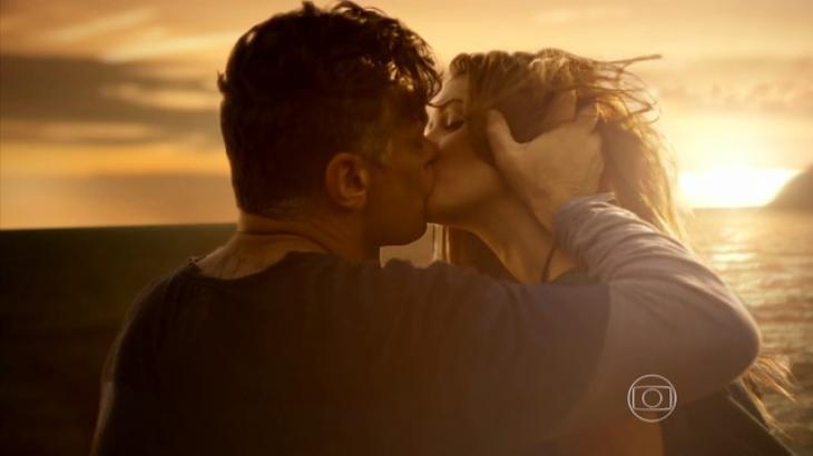 Arthur e Eliza se beijam em Totalmente Demais - Divulgação/TV Globo