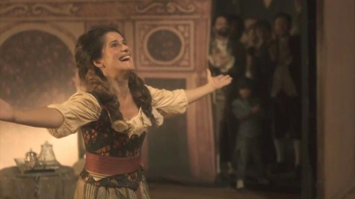 Novo Mundo: Elvira pisa pela primeira vez num palco e é ovacionada pelo público