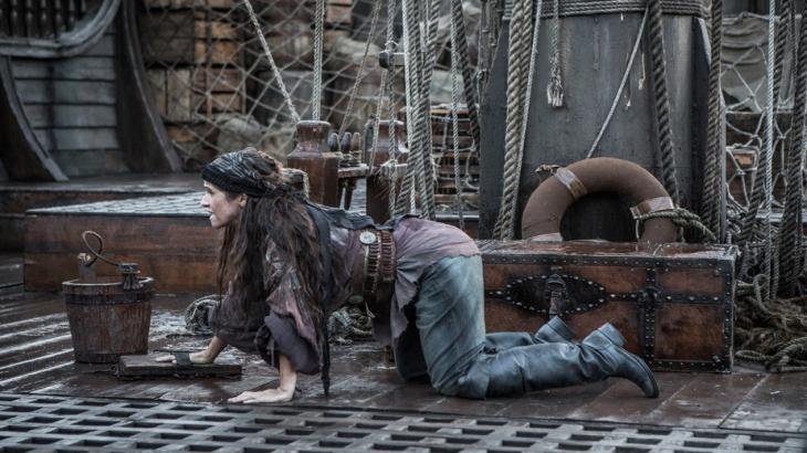 Elvira tentando escapar de navio