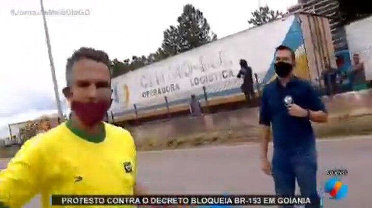 Repórter de afiliada do SBT em Goiás é agredido ao vivo em manifestação
