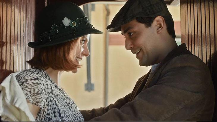 Zeca (Eduardo Sterblitch) promete esperar por Olga (Maria Eduarda de Carvalho) até ela voltar de São Paulo