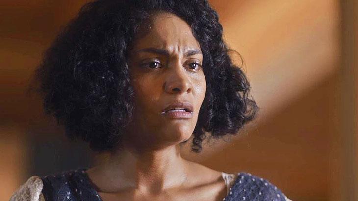 Shirley (Barbara Reis) fica sentida com resposta da filha, Inês (Gabriella Saraivah/Carol Macedo)