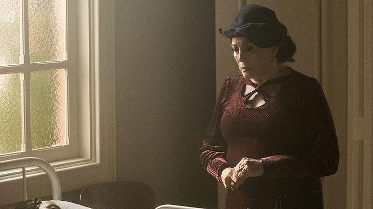 Tia Emília ( Susana Vieira ) quer internar Justina ( Julia Stockler ). Higino ( Thiago Justino ) ali com elas. O médico diz que Justina está em boas mãos.