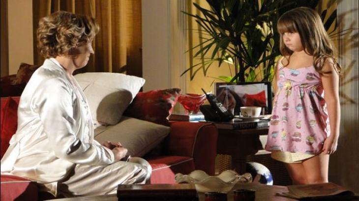 Eva e Júlia estão na sala da casa de Ana em A Vida da Gente