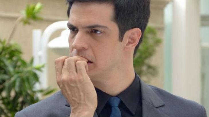 Mateus Solano roendo as unhas