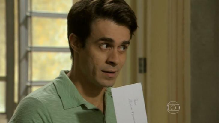 Fernando olha para Cris e sacode envelope em suas mãos