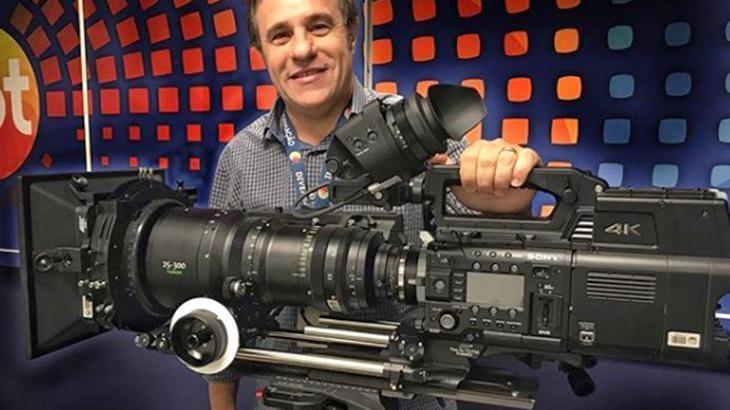 Diretor de planejamento artístico do SBT, Fernando Pelégio posou com uma das novas câmeras