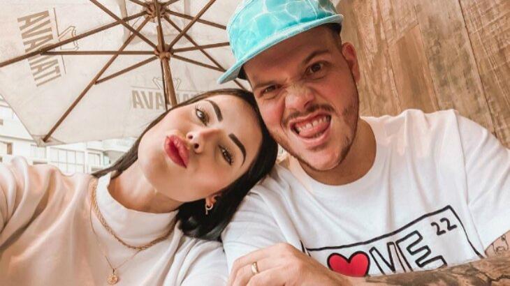Ferrugem posado em selfie com mulher, Thais Vasconcellos