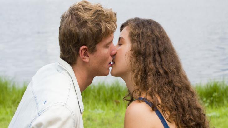 Atraídos um pelo outro, Filipe e Rita se beijam  - César Alves/TV Globo