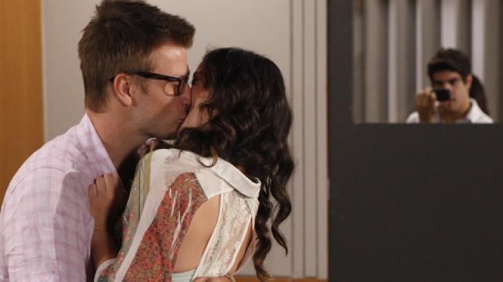 Alexandre beija Patricia na frente de Antenor - Fina Estampa - Reprodução/TV Globo