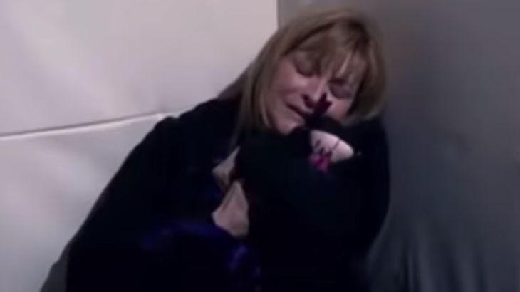 Josefina chora trancada na cela do manicômio