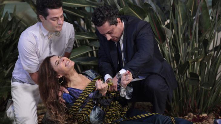 Em Fina Estampa, Tereza Cristina precisará da ajuda de Crô e Baltazar após ser amarrada por Griselda com mangueira - Foto: Reprodução/Globo