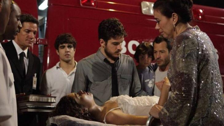 Amália saindo de ambulância após incêndio - Divulgação/TV Globo