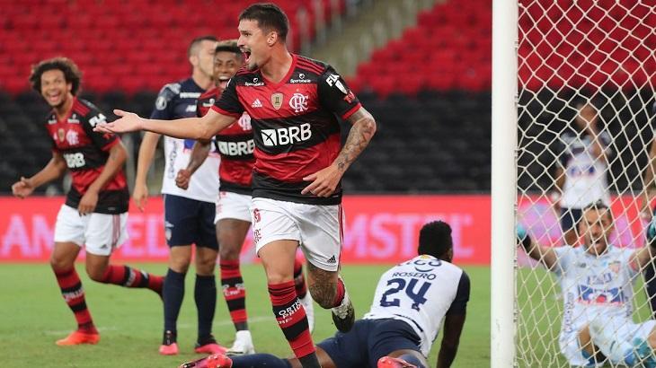 Jogadores do Flamengo comemorando gol