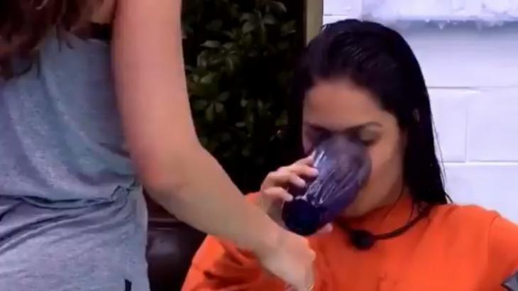 Flayslane bebendo água para cuspir
