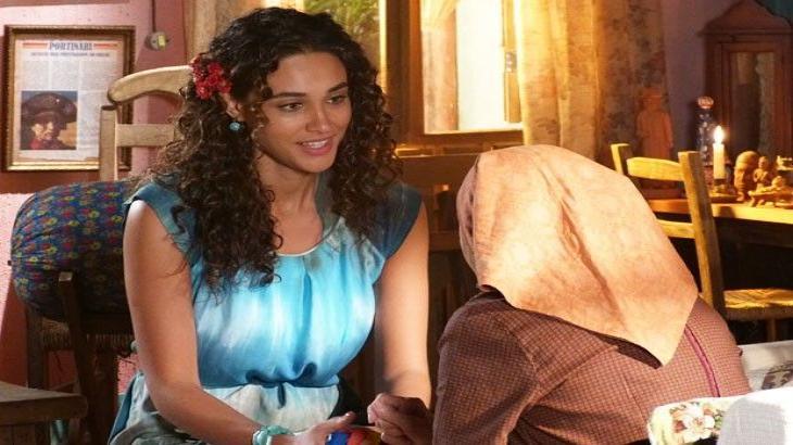 Taís olha com carinho para Veridiana enquanto conversam